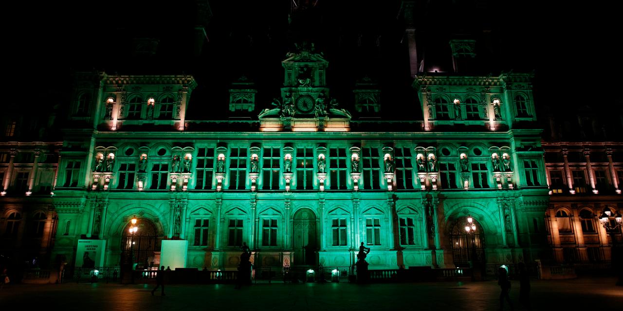 La mairie de Paris en vert, en réponse à Trump