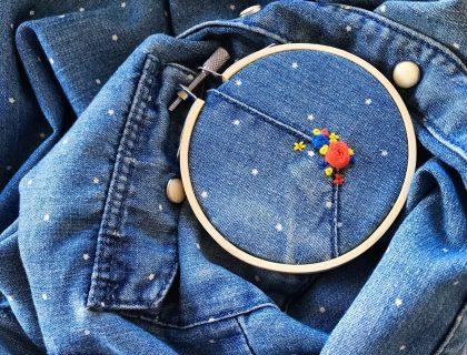 fleurs brodées sur chemise en jeans